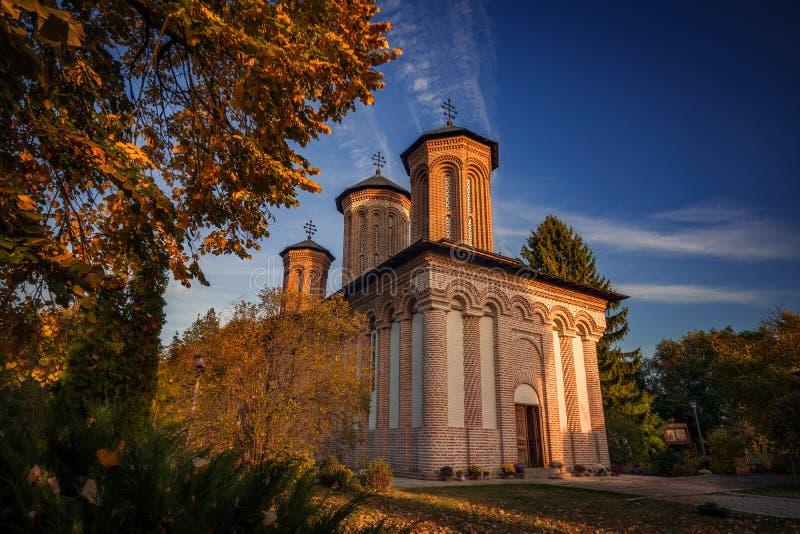 Monastero in un bello paesaggio di autunno fotografie stock libere da diritti