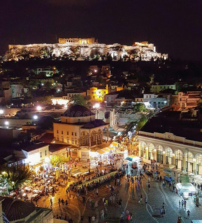 Monastiraki y Parthenon en la noche fotografía de archivo