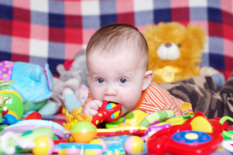 5 Monate Baby mit Spielwaren lizenzfreie stockbilder