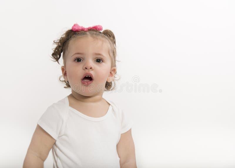 18-monatiges altes Mädchen mit lustigem Ausdruck stockfotos