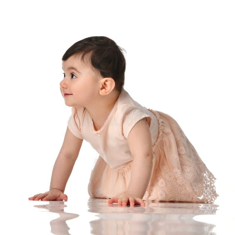 8-monatiges Säuglingskinderbaby-Kinderkleinkind, das in das Kleid denkt das glückliche Lachen lokalisiert kriecht lizenzfreies stockfoto