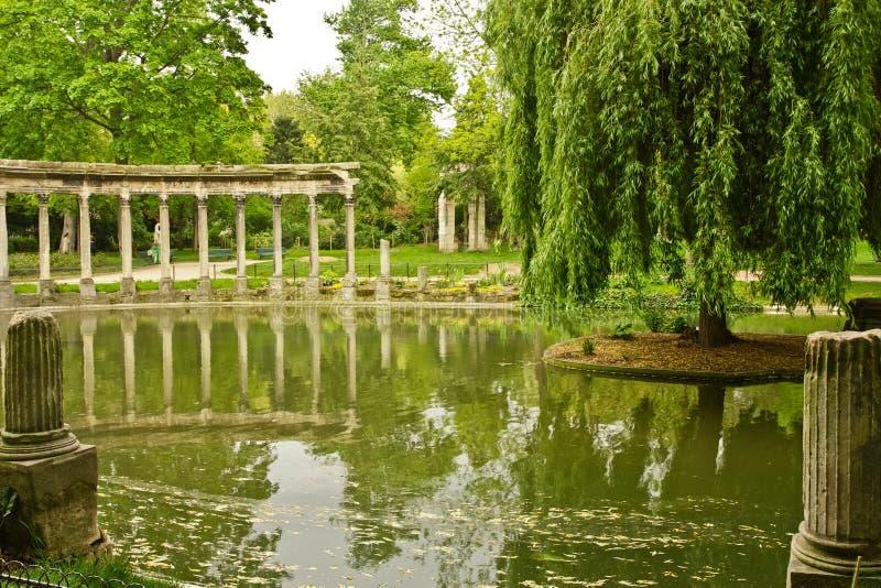 Download Monceau Reflexionen stockbild. Bild von paris, gras, spalten - 27733357
