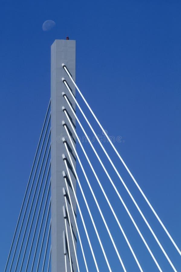 Mond über 25. Straßen-Brücke lizenzfreie stockbilder