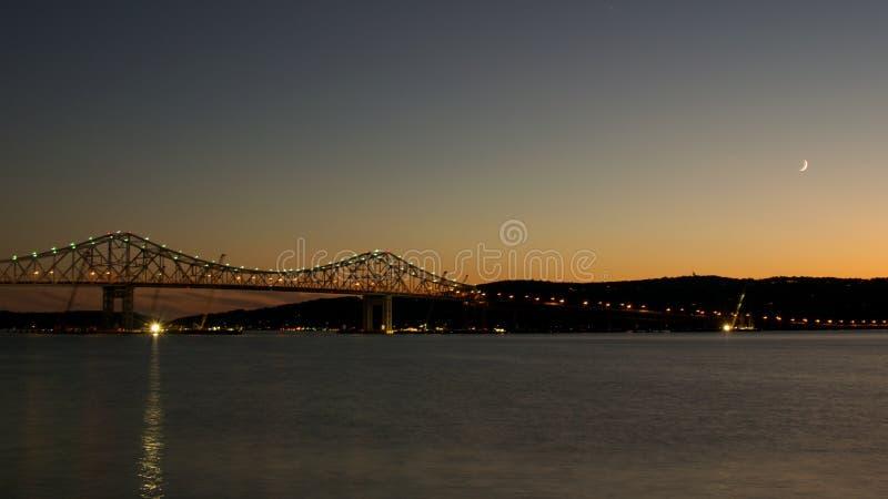 Mond über Brücke Tappan Zee stockfotografie