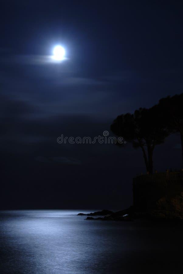 Mond über dem Meer stockbilder