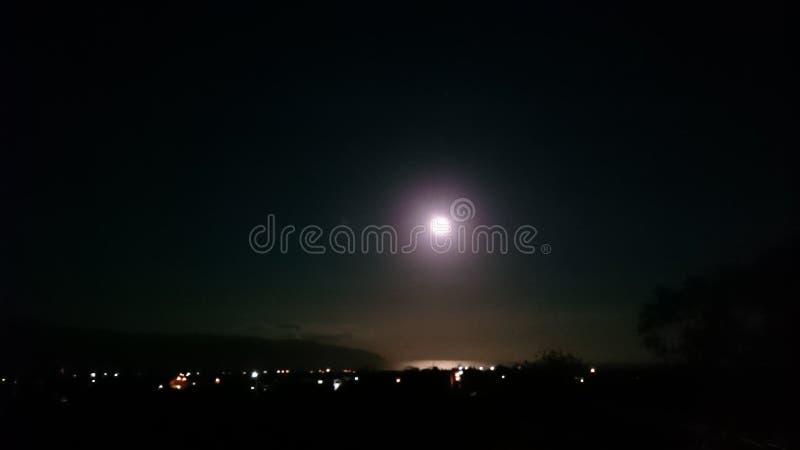 Mond über der Bucht stockbilder