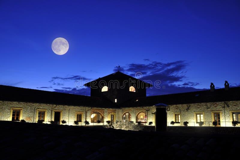 Mond über Hotelgebäude lizenzfreie stockbilder