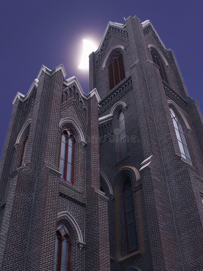 Mond über Kirche-Helmen stockfotografie