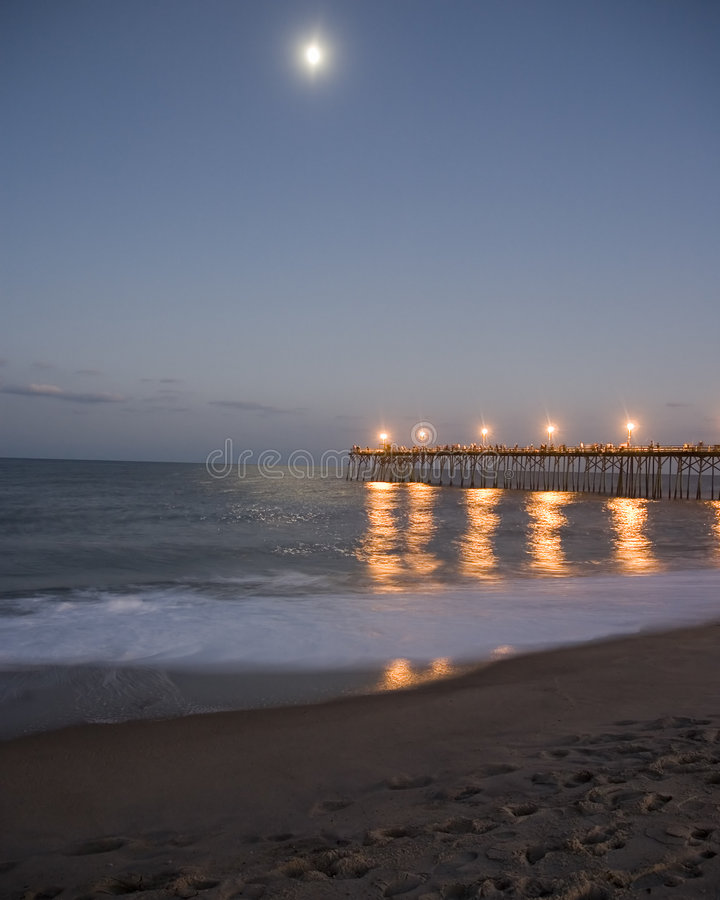 Mond über Pier. stockbilder