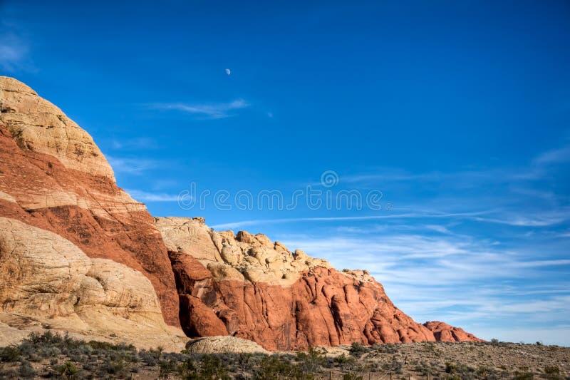Mond über roter Felsen-Schlucht lizenzfreie stockfotos