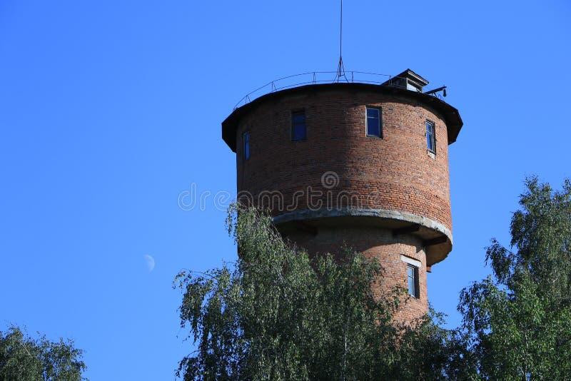Mond auf dem Himmel und dem Wasserturm stockbilder