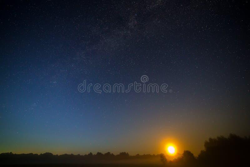 Mond auf dem Hintergrund des sternenklaren nächtlichen Himmels lizenzfreies stockbild