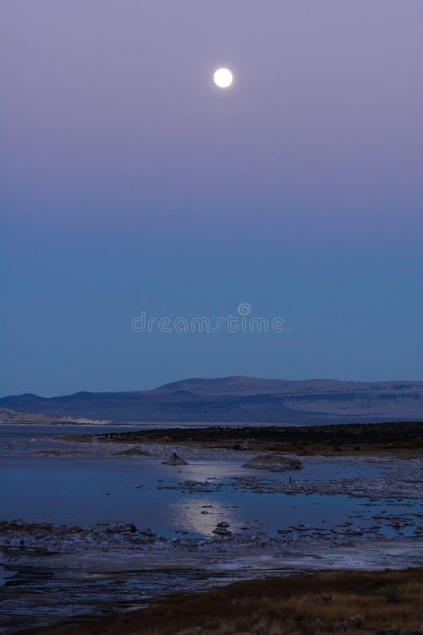 Mond-Aufstieg über Monosee stockbilder