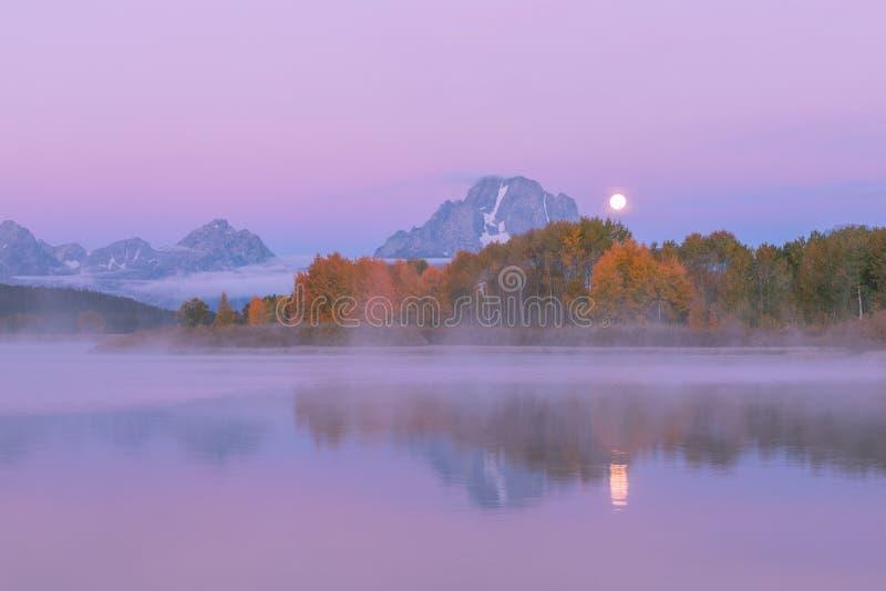 Mond ?ber dem Tetons im Herbst stockfotografie