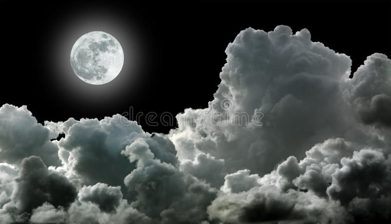 Mond in den schwarzen Wolken stockbild