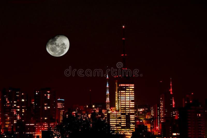 Mond in den Stadt-Skylinen lizenzfreies stockfoto