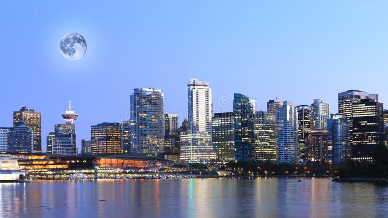 Mond, der über Vancouver, Britisch-Columbia steigt stockfoto