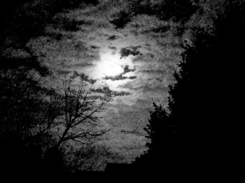 Mond, der durch Wolken späht lizenzfreie stockfotos
