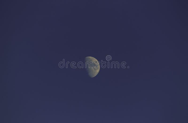 Mond im Abendhimmel lizenzfreies stockbild