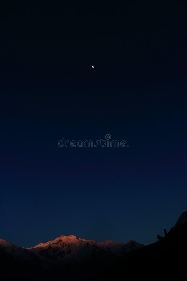 Mond mit plattierter Spitze des Schnees stockfoto
