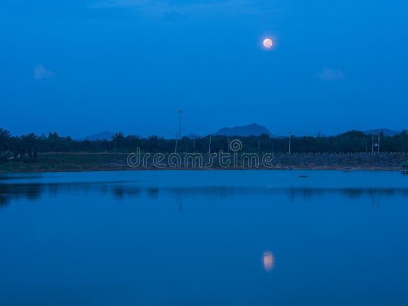 Mond ` s Schatten in der Lagune stockbild