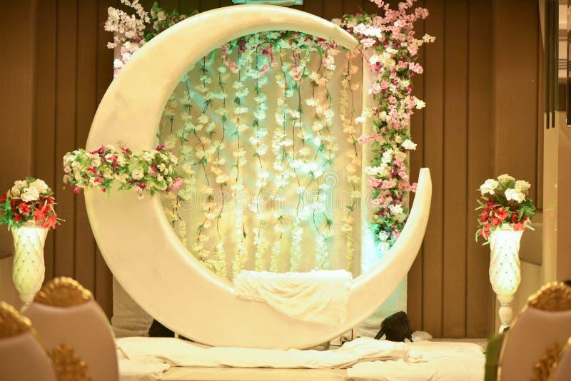 Mond- und Blumendekoration für Feier von Ereignissen in der Banketthalle lizenzfreies stockbild