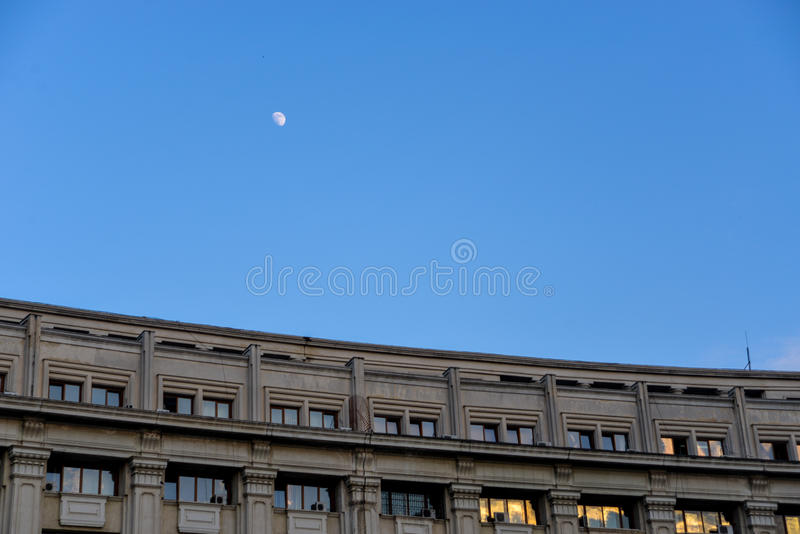 Mond und Gebäude lizenzfreie stockfotos