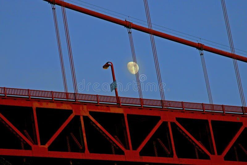 Mond und Golden gate bridge stockfotografie