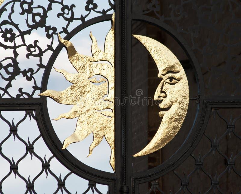 Mond und Sonne lizenzfreie stockbilder