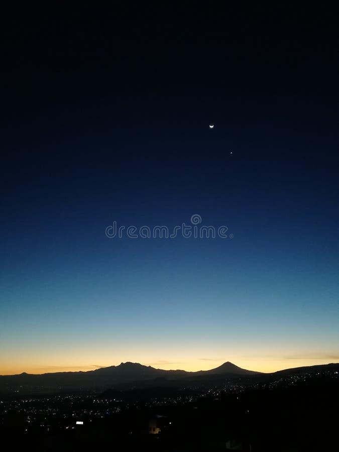 Mond und Venus über dem Tal von Mexiko lizenzfreie stockfotos