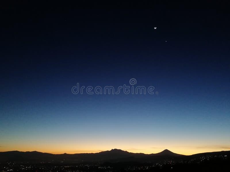 Mond und Venus über dem Tal von Mexiko stockfotos