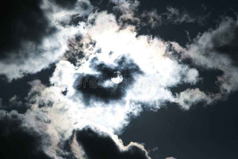 Mond und Wolken auf dem dunklen Himmel lizenzfreie stockfotos