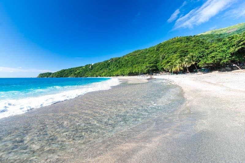 Mond van de rivier aan het overzees op Playa Sana Rafael Beach, Barahona, Dominicaanse Republiek stock afbeeldingen