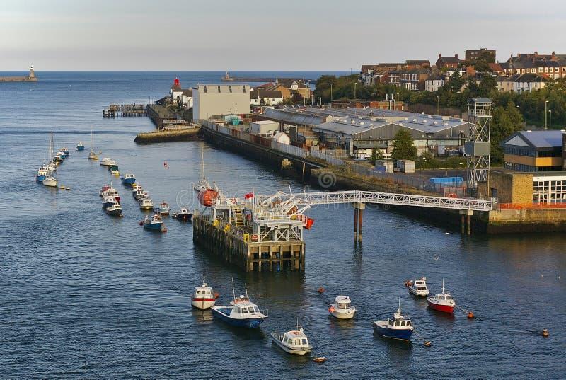 Mond van de rivier de Tyne met ponton, diverse kleine boten bij hun meertrossen en br stock foto's