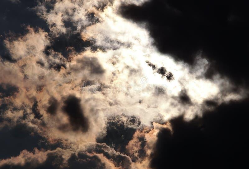 Mond versteckt durch Wolken stockfotografie