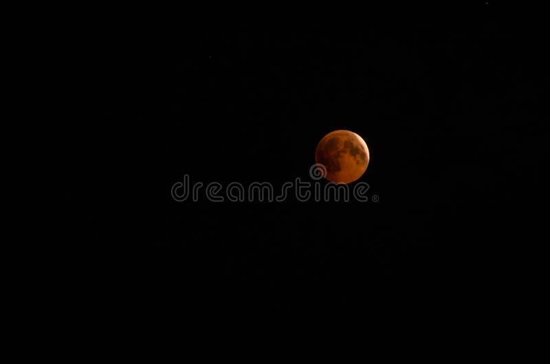 Mond vor Eklipse im Himmel lizenzfreies stockfoto