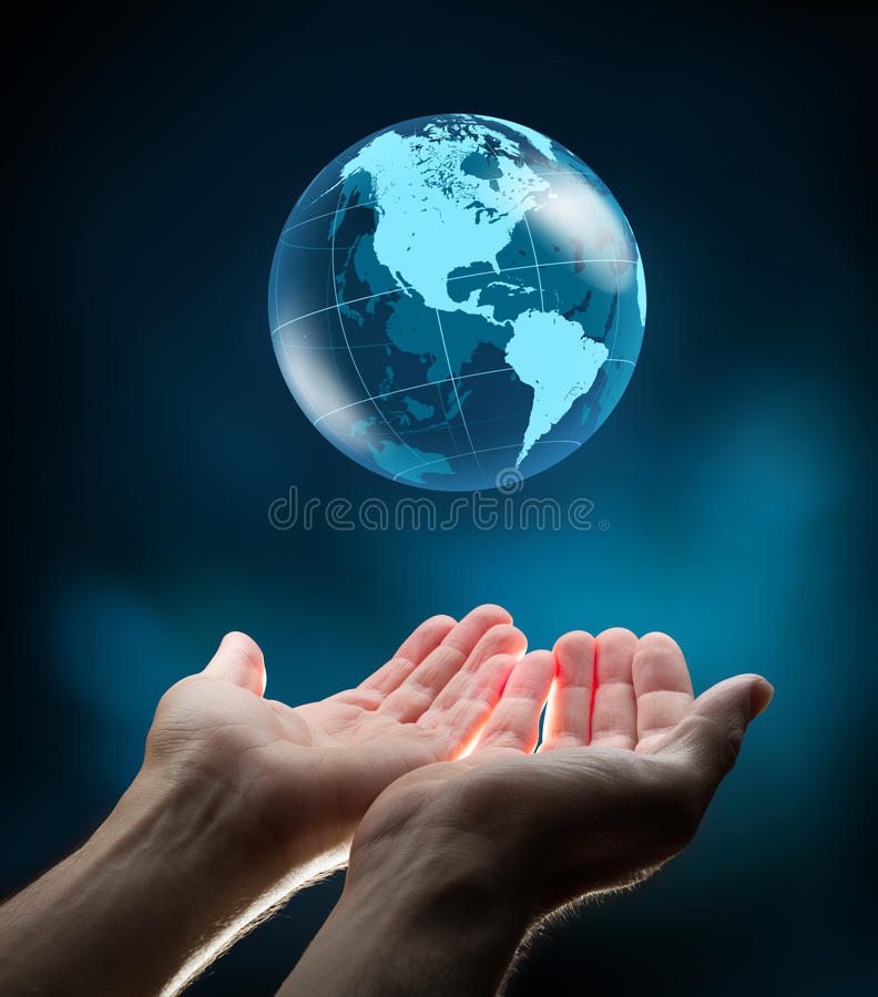 Monde bleu dans des mains photographie stock libre de droits