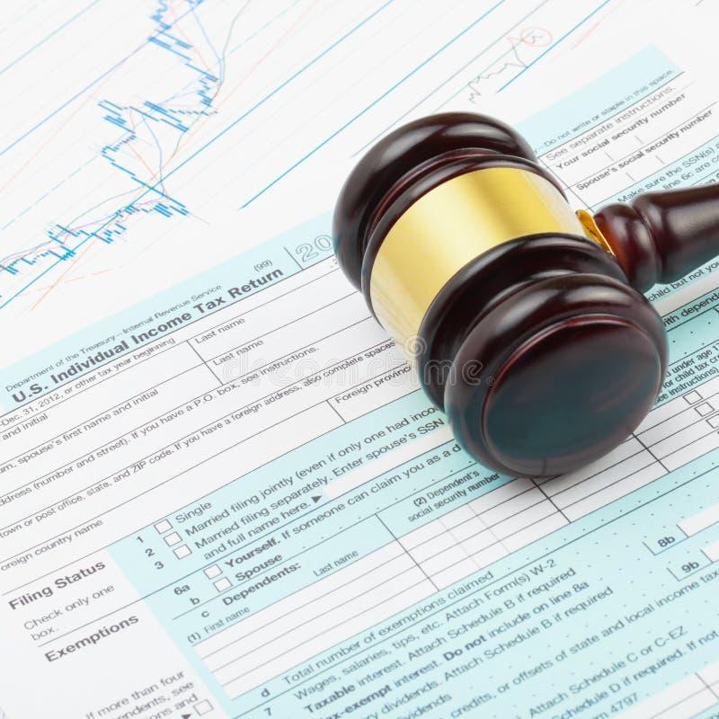 Monde d'affaires et ses symboles - marteau en bois du ` s de juge plus de feuille d'impôt des 1040 Etats-Unis images stock