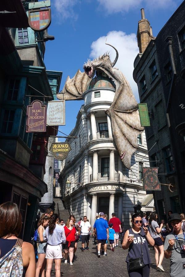 Monde d'Universal Studios Wizarding de dragon de Harry Potter au-dessus de banque de Gringotts photos libres de droits