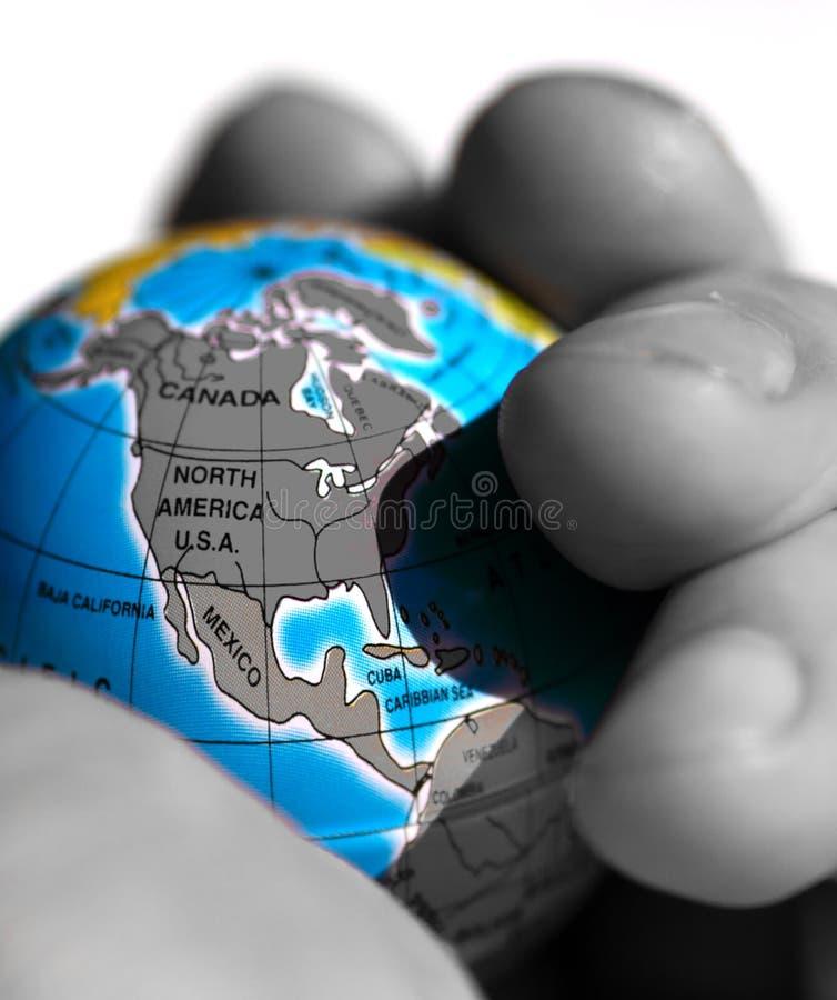 Monde dans des leurs mains images stock