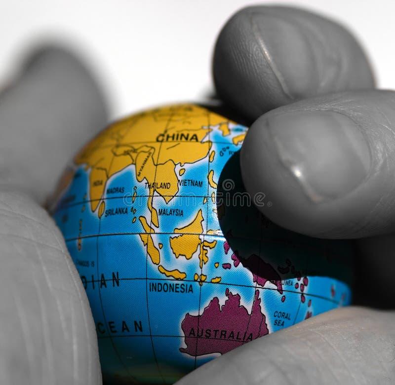 Monde dans une main photo libre de droits