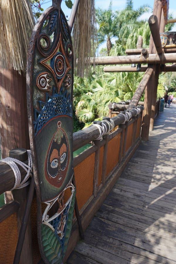 Monde de Disney de bouclier de pont de terre d'aventure photographie stock libre de droits