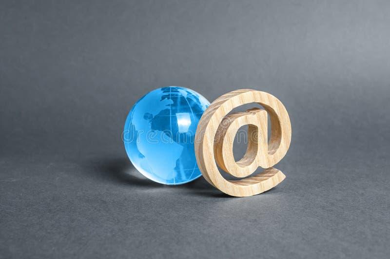 Monde de la planète de verre et symbole Internet par courriel. World Wide Web. Contacts. Outils d'affaires. Internet et communica photo stock