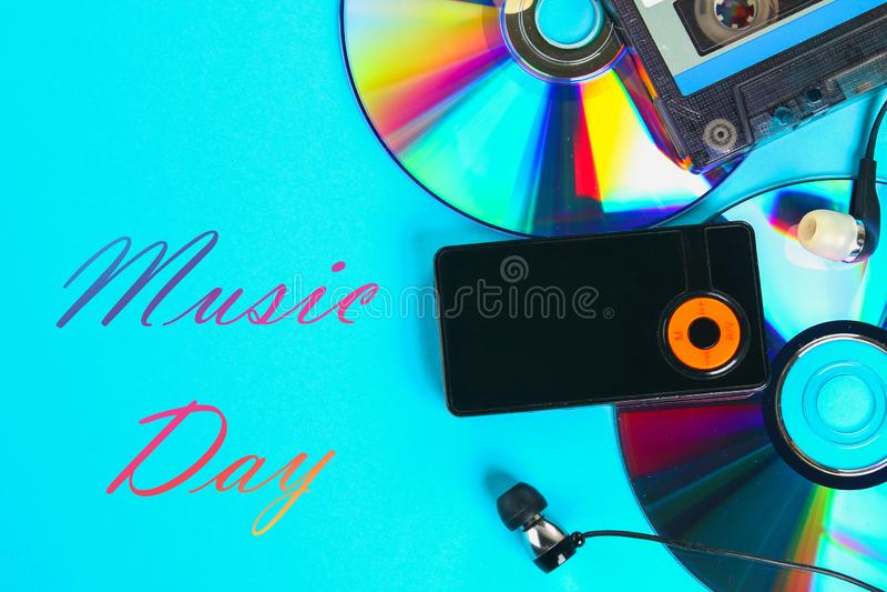 Monde, jour international de musique Le concept de l'évolution de la musique Cassette, CD-disque, lecteur mp3 Vintage et modernit images libres de droits