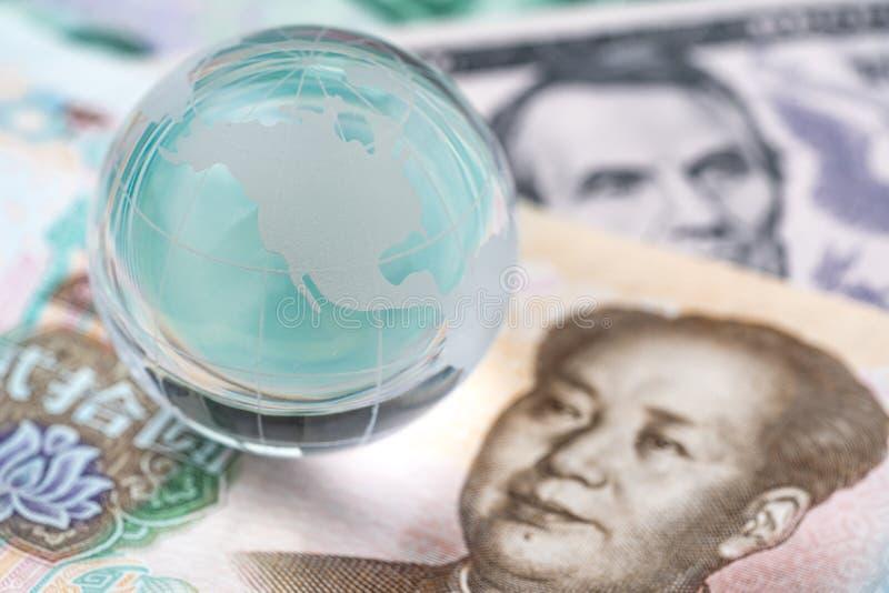 Monde ou entretien financier global de négociation de guerre commerciale de tarif, collaboration ou discuter le concept, globe de photo libre de droits