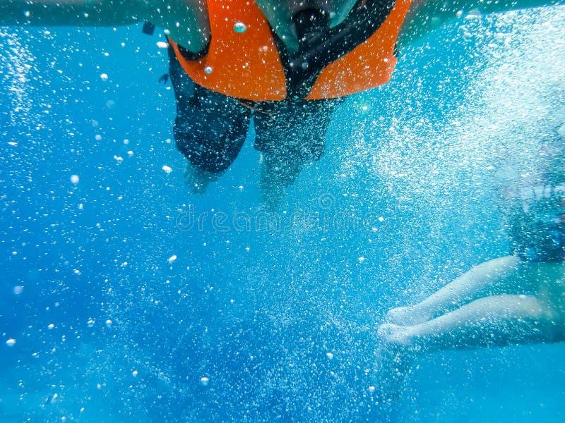Monde sous-marin avec des plongeurs de prise d'air images stock