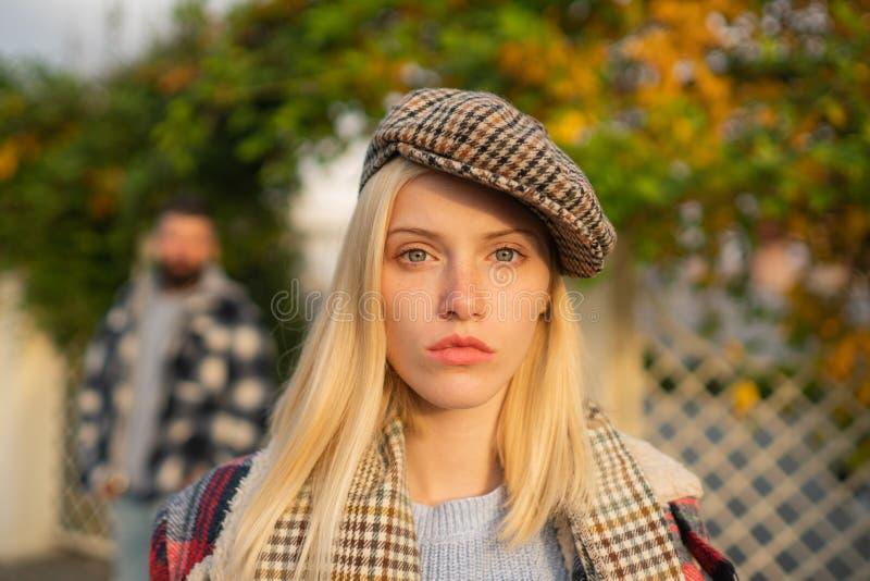Monde viril Jolie femme dans le chapeau La femme portent le fond ? carreaux de nature de v?tements Kepi d'usage de fille Accessoi photo stock