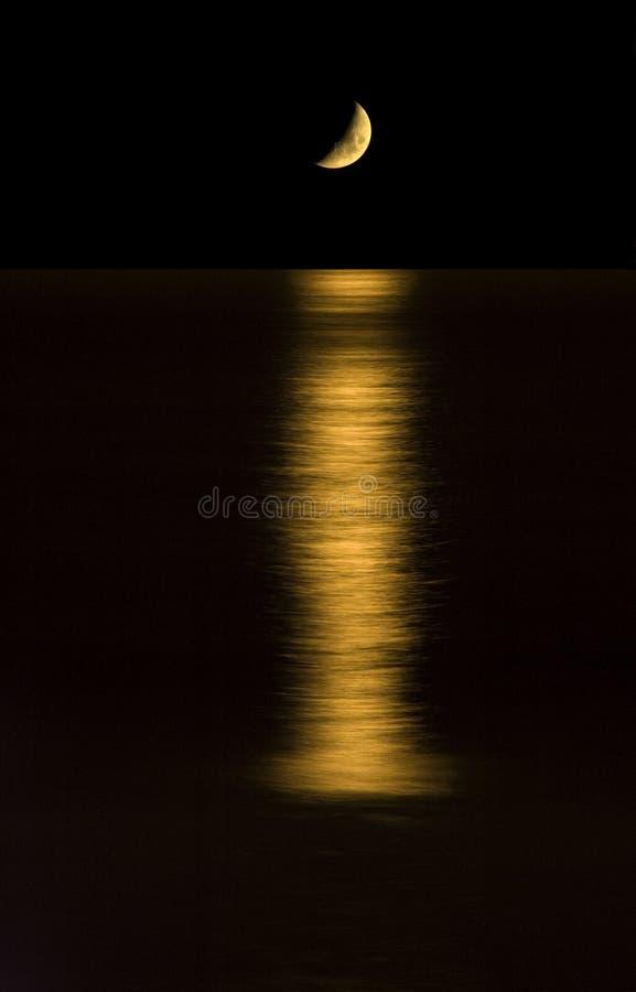 Mondeinstellung auf dem Ozean. lizenzfreie stockbilder