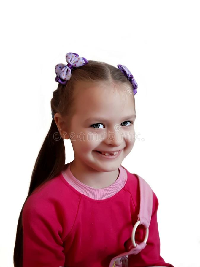 Mondeling geneeskundeconcept Glimlachend meisje zonder melktanden op witte achtergrond stock foto