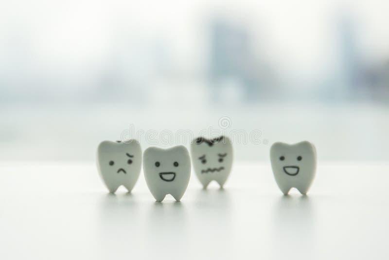 Mondeling gezondheidspictogram - geïsoleerde gezonde tanden en rot tandenbeeldverhaal met smiley en droevig gezicht stock foto